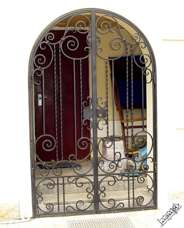 металлические двери с кованными решётками